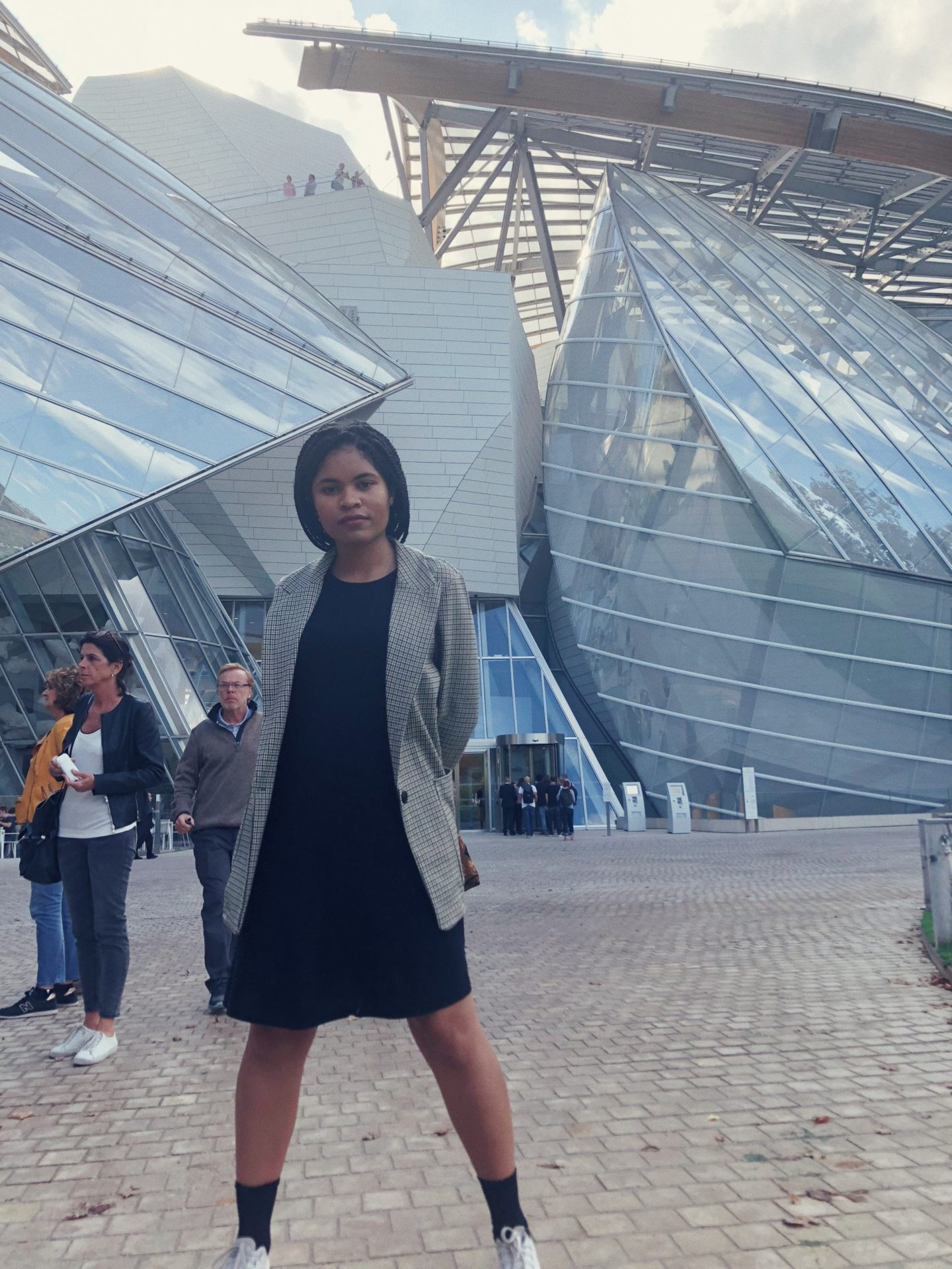 girl posing in front of La Fondation Louis Vuitton
